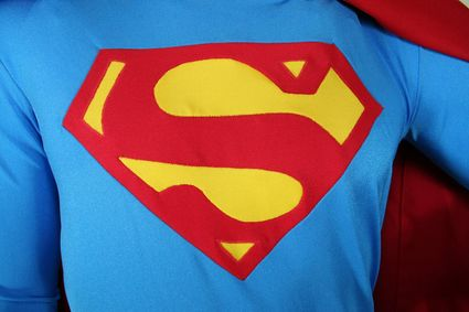 11 Mannequin-Superman-Costume-Close-Up-Chest-Emblem x425