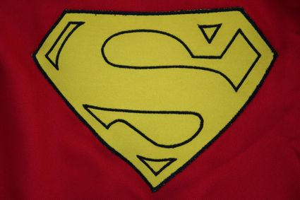 48 Superman-Costume-Cape-Full-Emblem-Close-Up x425