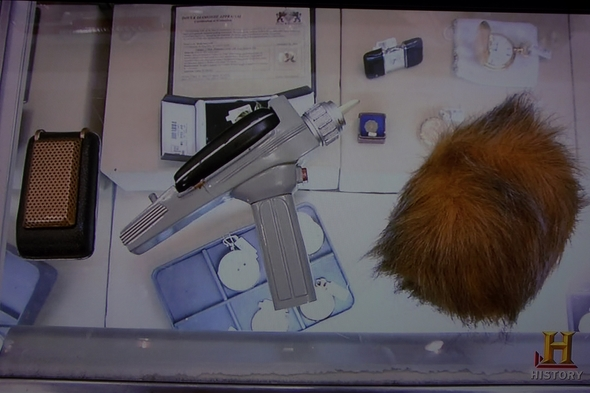 Pawn-Stars-Star-Trek-Memorabilia-Movie-TV-Prop-Collection-Phaser-Communicator-Tribble-Authentication-History-01-RSJ