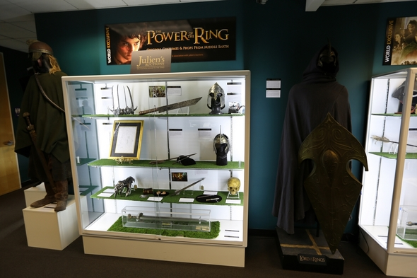 Juliens-Auctions-Trilogy-Collection-Middle-Earth-Lord-Of-The-Rings-Sale-Event-Photo-Live-Bidding-Auctioneer-01-RSJ